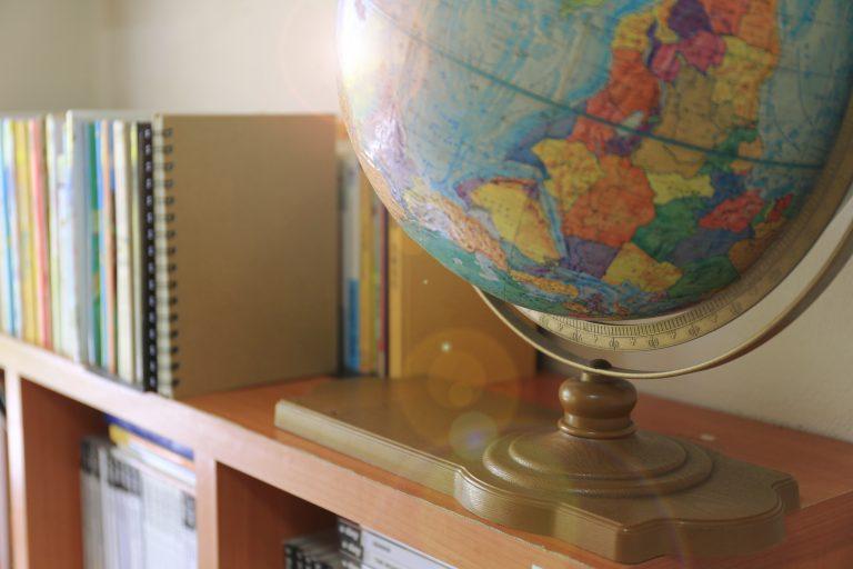 Globus på bokhylle